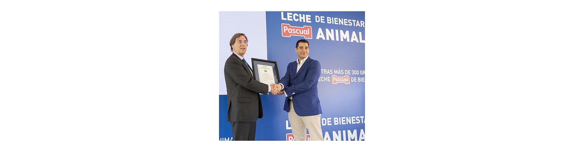 Pascual se convierte en el único gran fabricante con todas sus granjas certificadas en bienestar animal